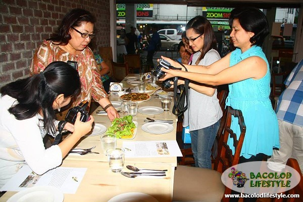 negros bloggers taking photos of the food