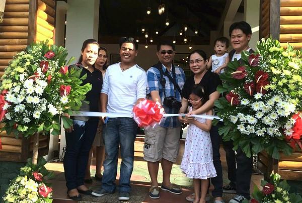 Rau Ram Cafe ribbon cutting