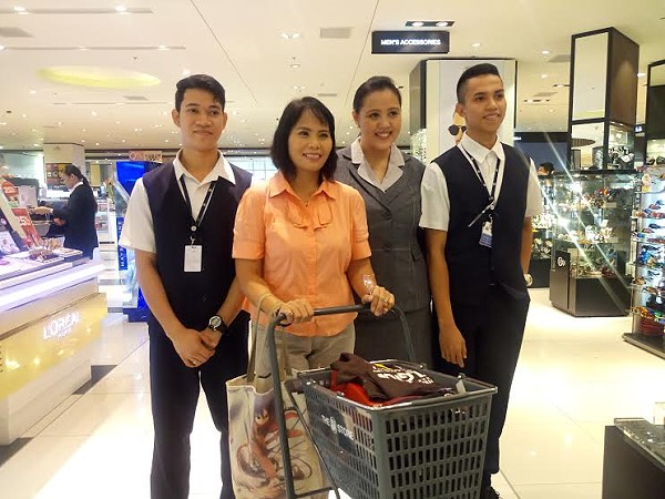 sm city 100k shopping spree winner with shopping assistants