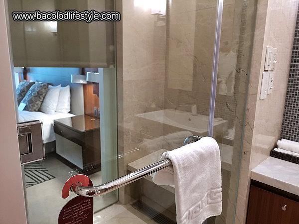 Richmonde Hotel Iloilo - Bathroom Glass Wall