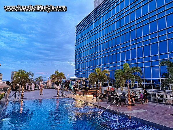 Richmonde Hotel Iloilo - Outdoor Swimming Pool with Pool Deck and Bar