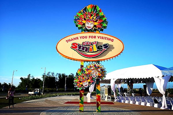 Bacolod Welcome Marker - Mayor Leonardia and Harold with Negrense Bloggers